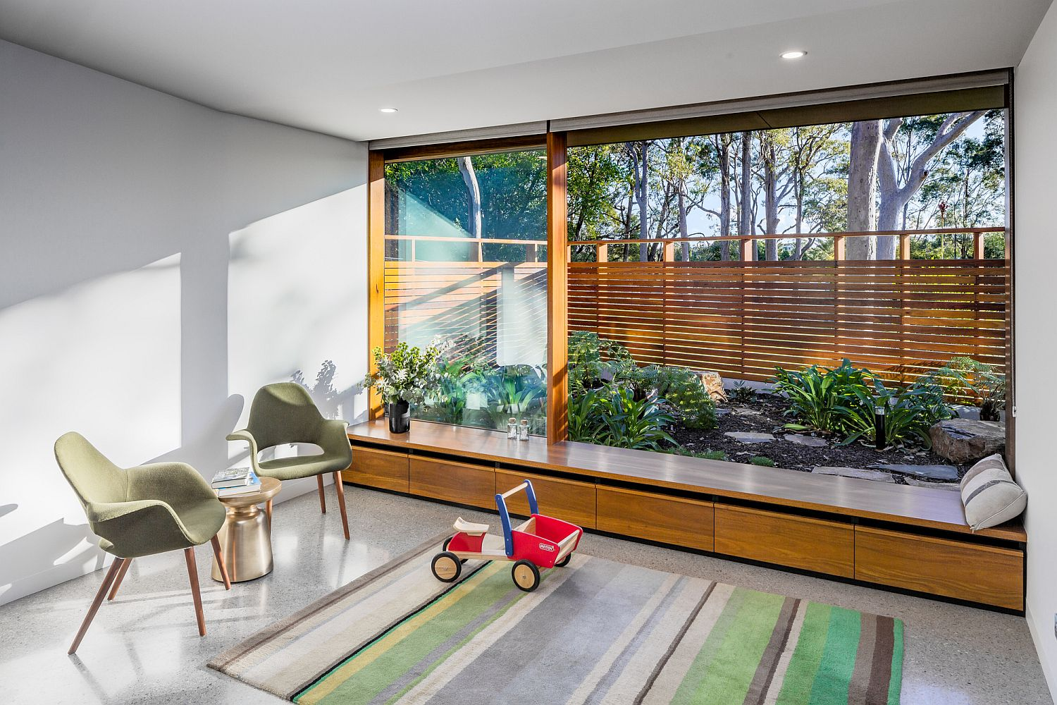 Smart use of glass walls and wooden storage and seat