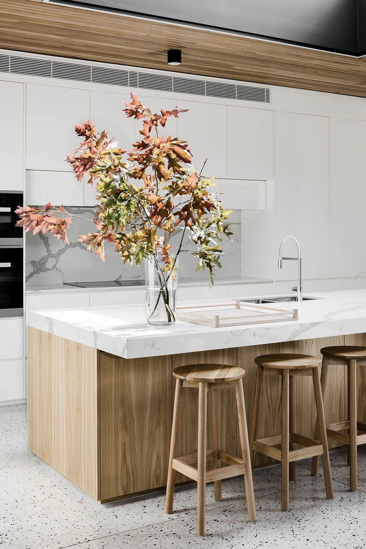 Trendy wood and white kitchen idea with a bit of fall magic!