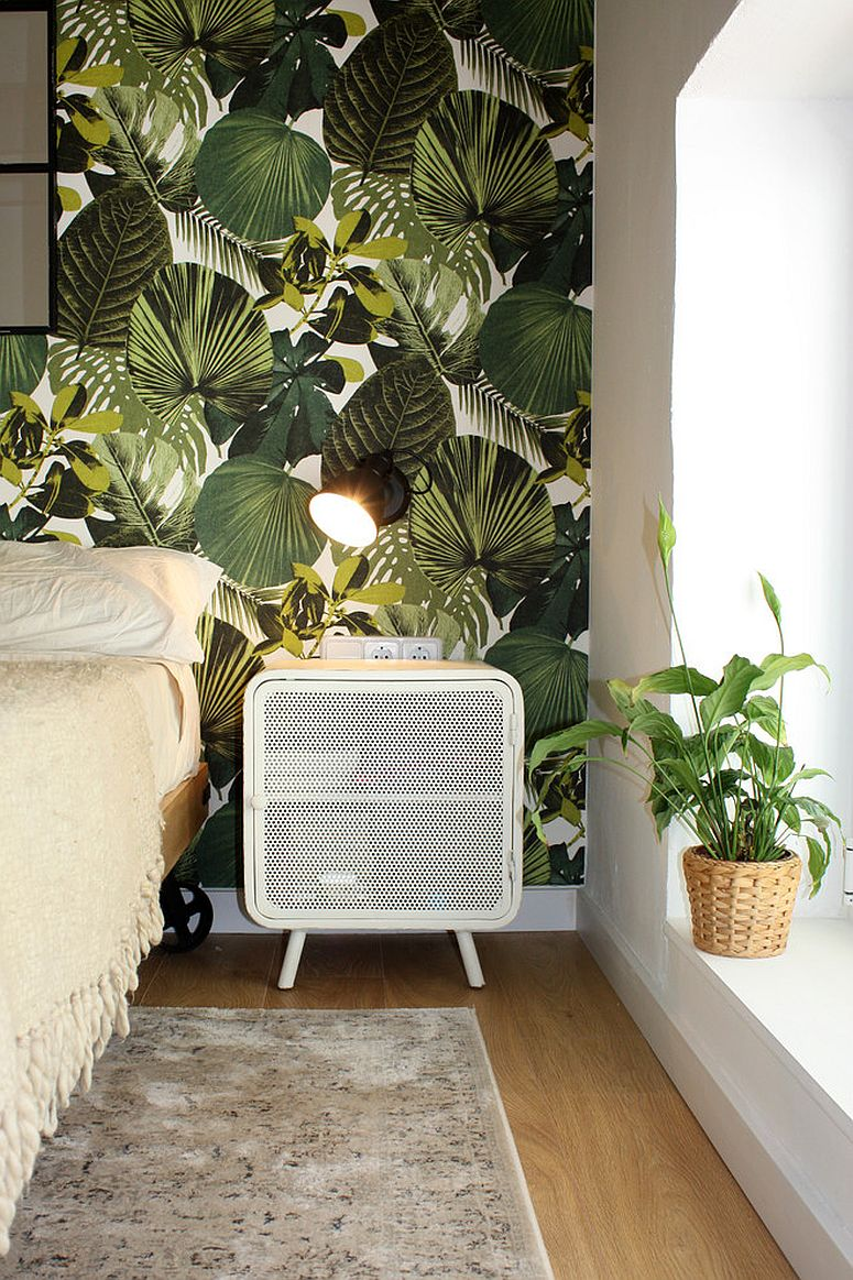 Wallpaper with large tropical leaf motifs for the bedroom in white