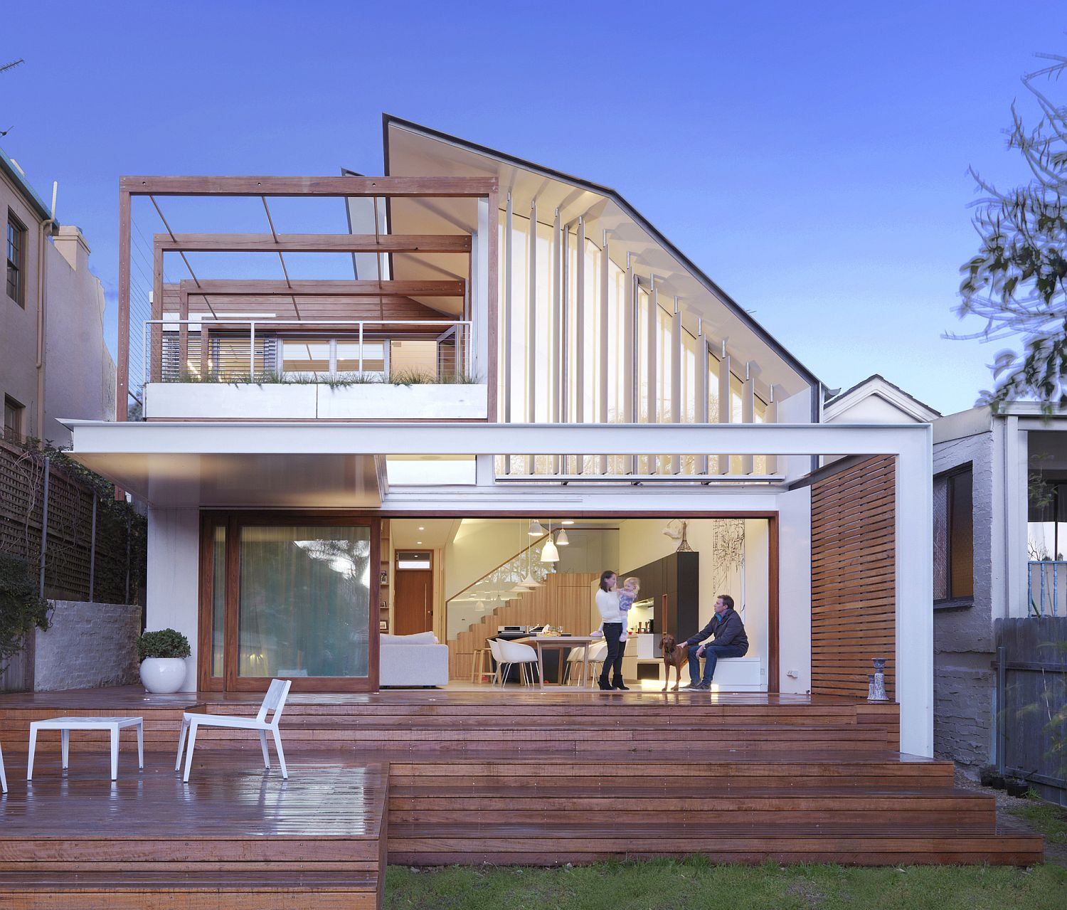 Contemporary Waverley House in Sydney with moving roof to deal with heat