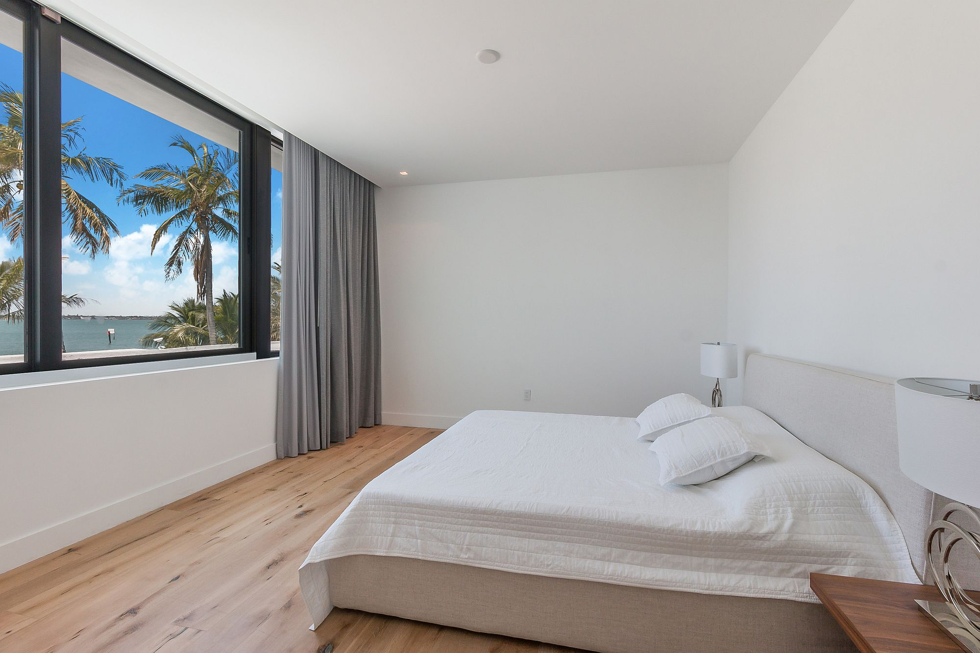 Keeping the bedroom minimal to elevate the view outside