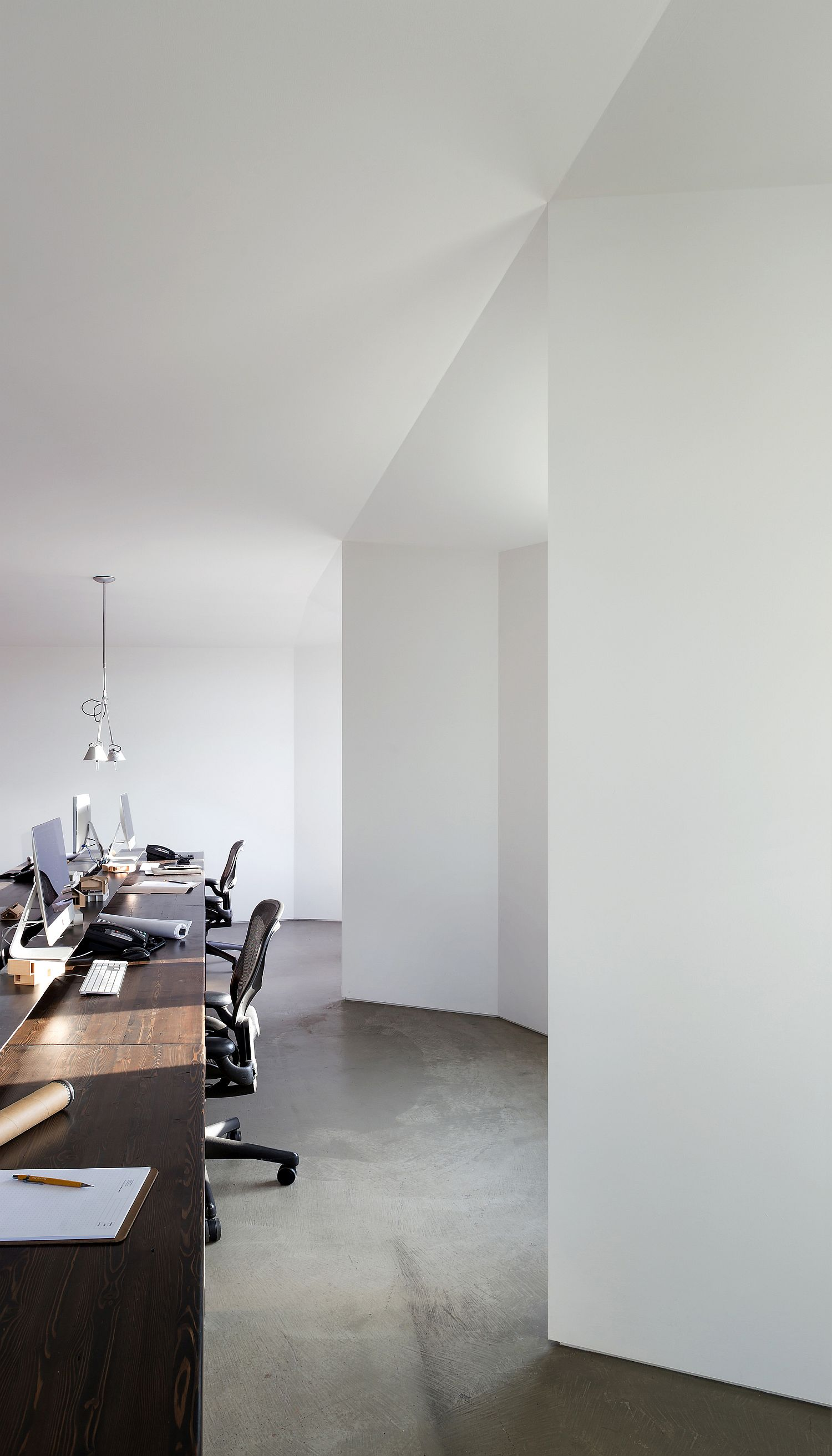Light-filled-and-contemporary-office-space-with-white-backdrop