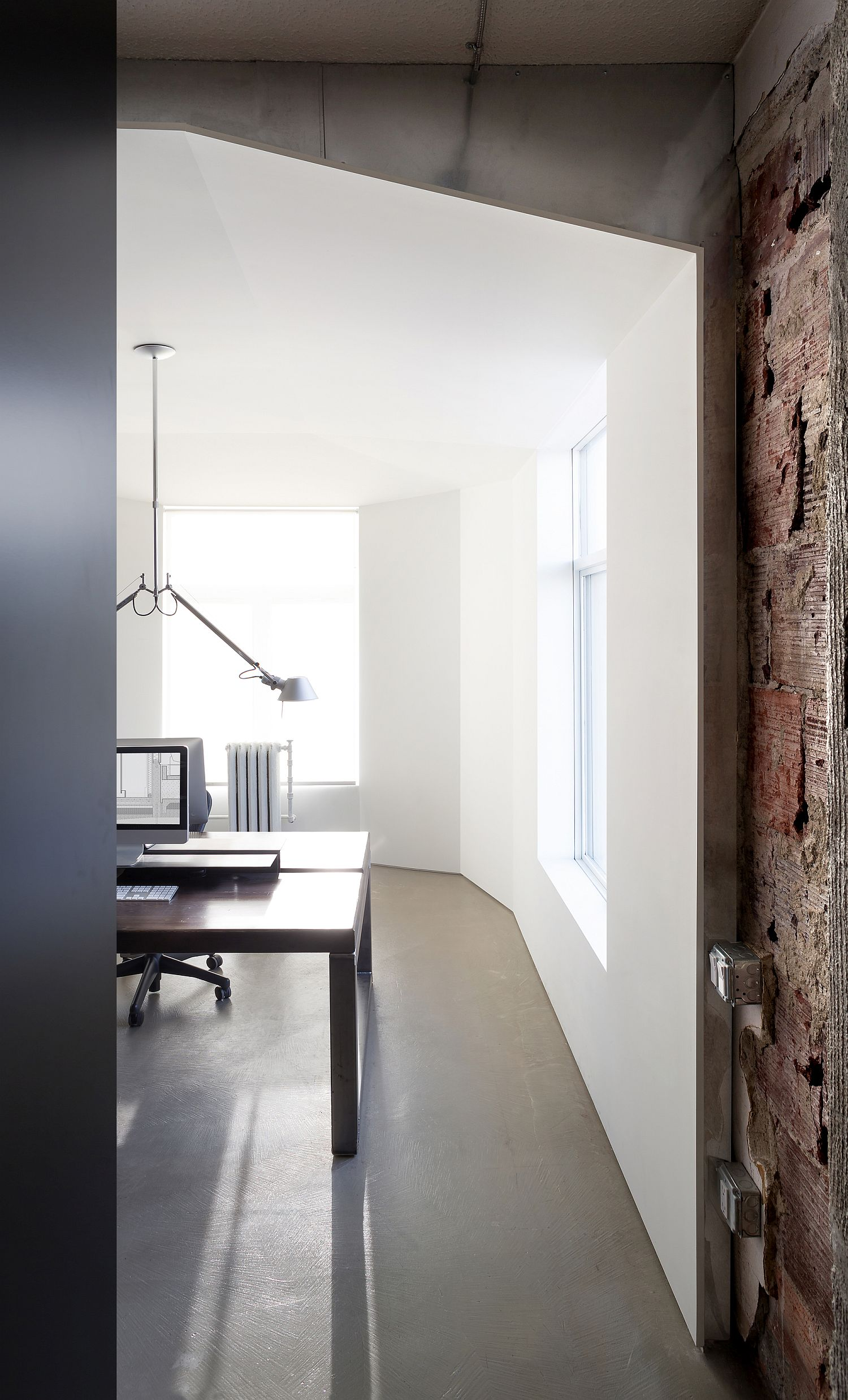 Natural-light-fills-the-already-white-office-interior-with-even-more-brightness