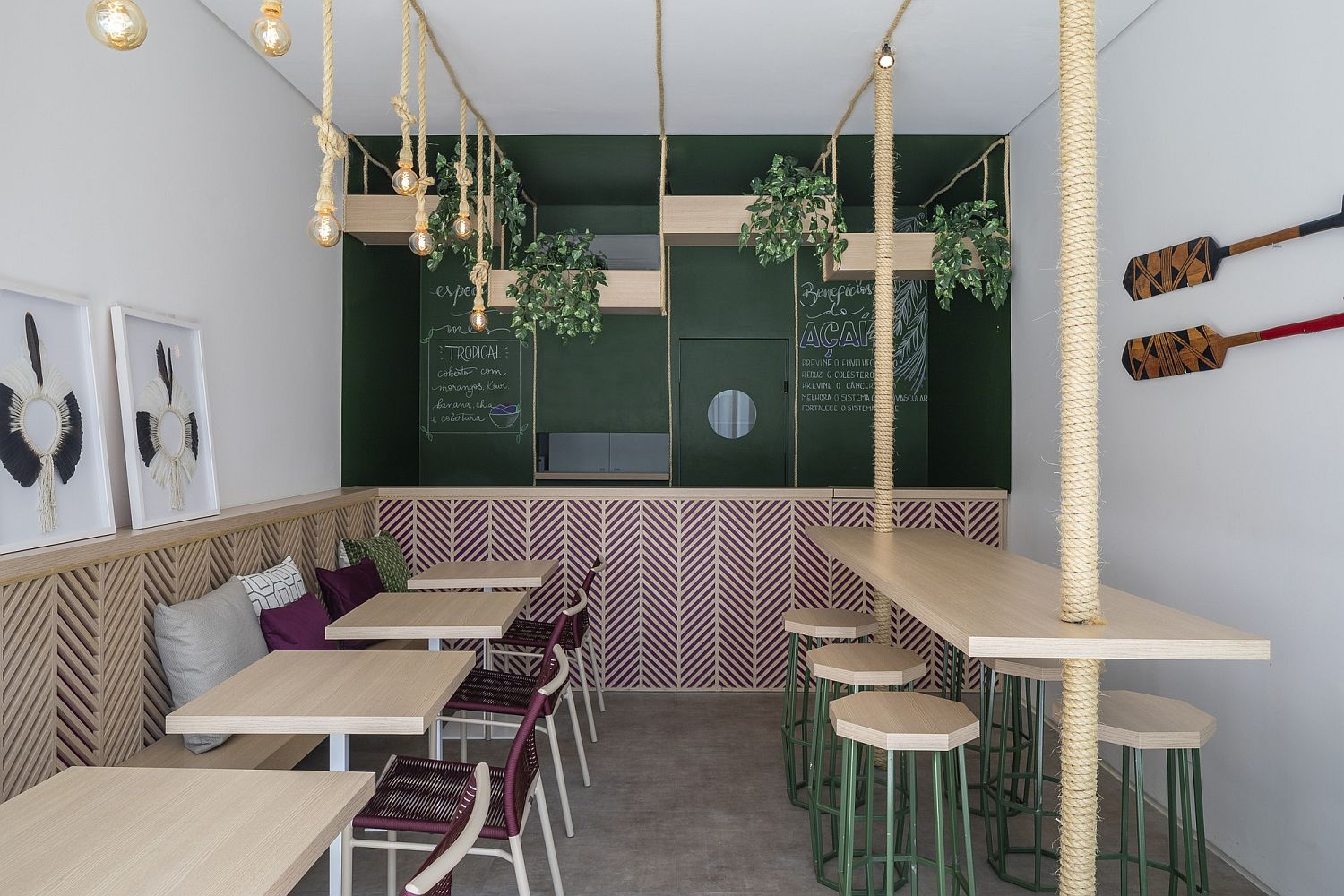 Rattan ropes, green and wood give the interior a brand new look