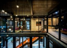 Stunning-use-of-glass-throughout-the-house-blurs-the-conventional-indoor-outdoor-lines-217x155