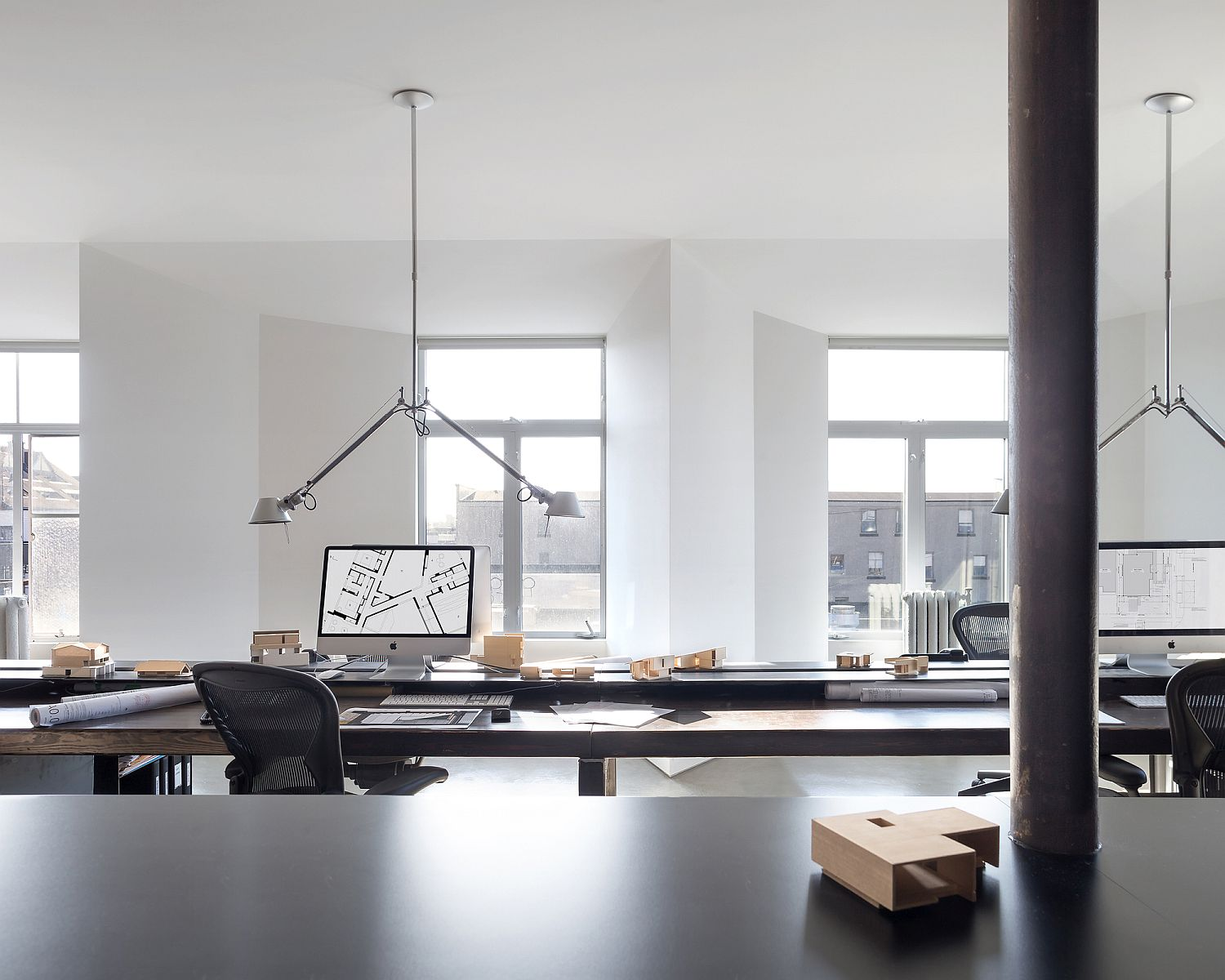 Workspaces-inside-the-office-feel-polished-and-minimal