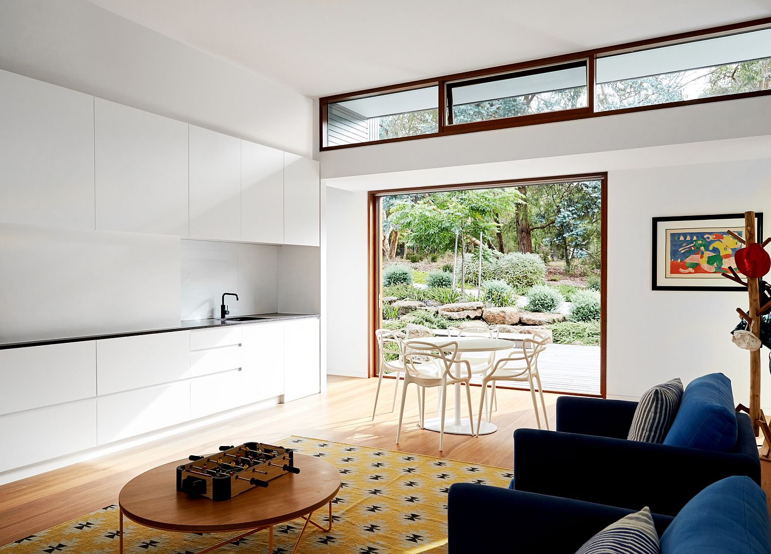 Connecting the living room with the landscape using the kitchen as interface