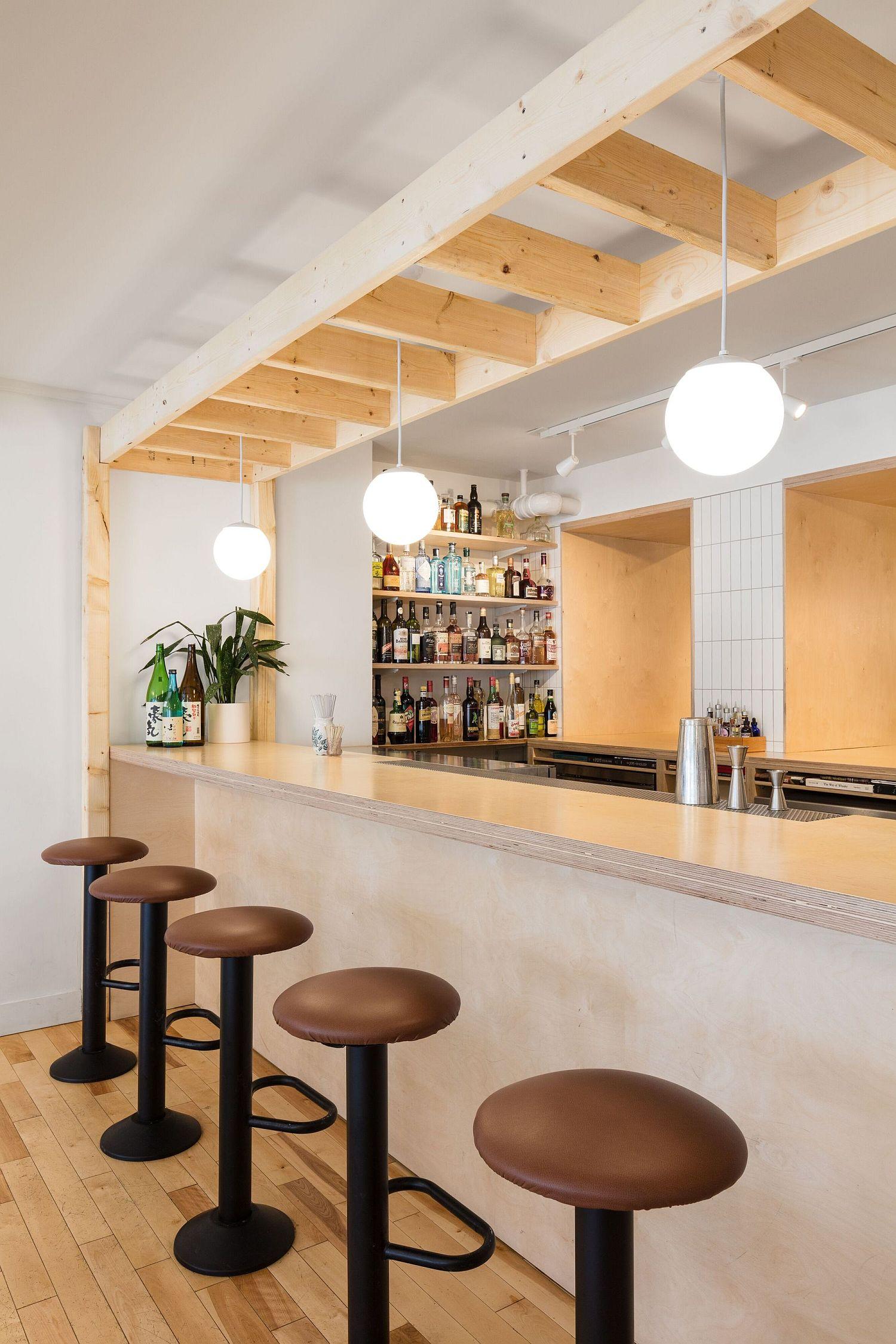 Pendant-lighting-and-bar-stools-of-Hono-Izakaya