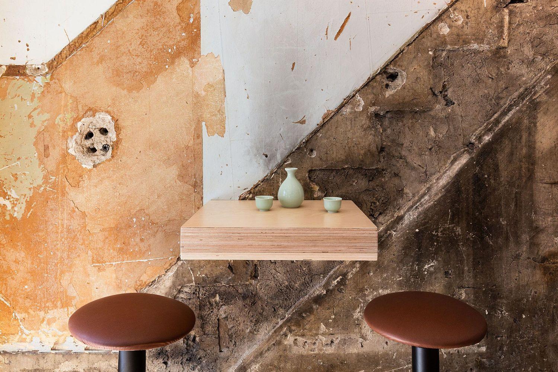 Simple-and-minimal-diner-arrangement-inside-the-Japanese-cafe