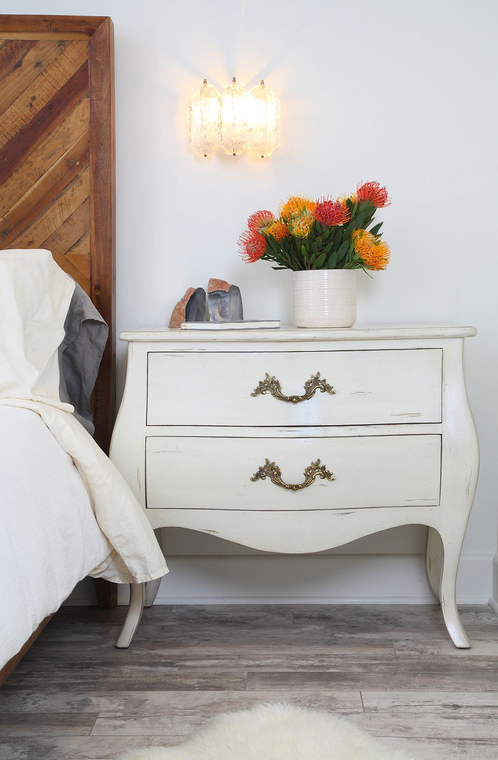Bedside tables in white with a midcentury modern style and fabulous sconce lighting
