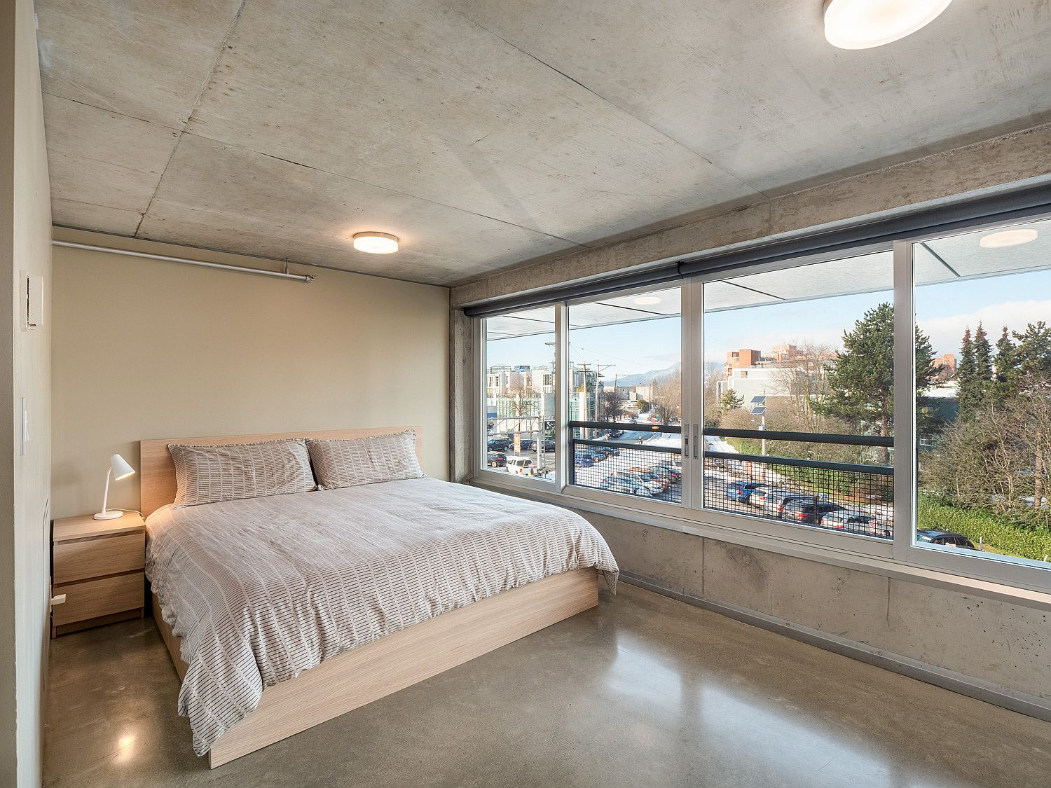 Concrete ceiling and walls for the crisp modern bedroom