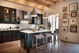 Eye-Catching Trends: 25 Gorgeous Kitchens with Gallery Walls that Charm