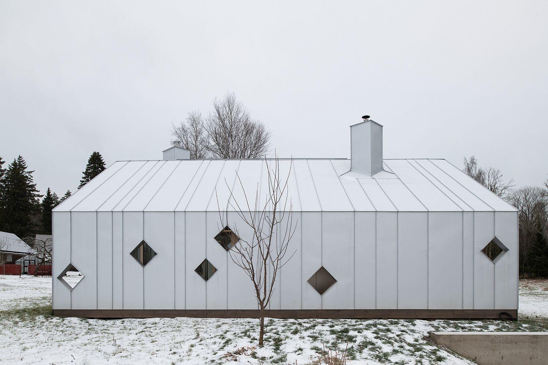 Gorgeous-white-modern-sauna-complex-next-to-a-farmhouse