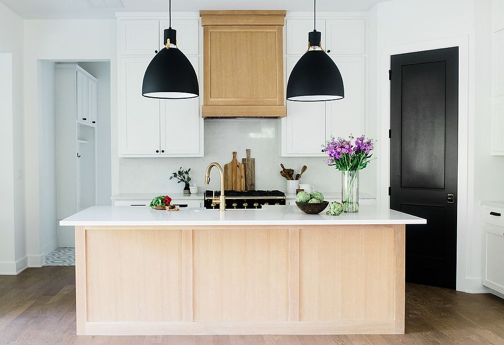 Light wooden tones for the kitchen in white