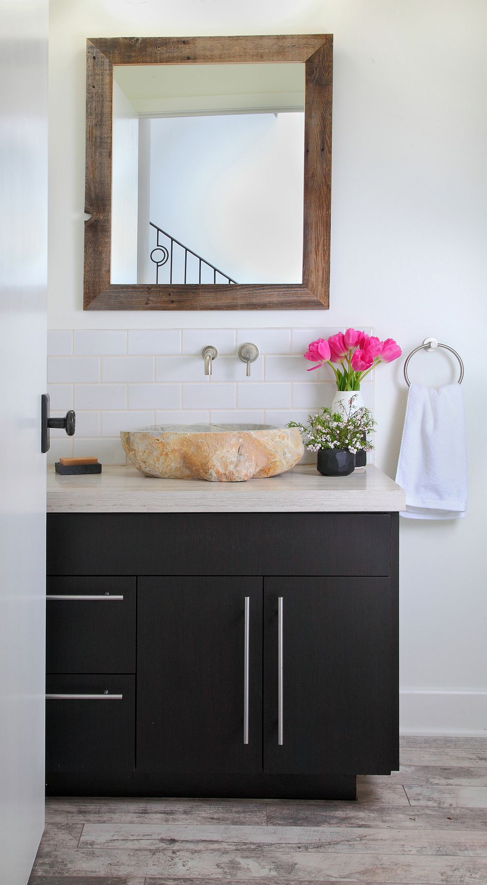 Mid-century and modern rustic elements are beautifully combined in the bathroom