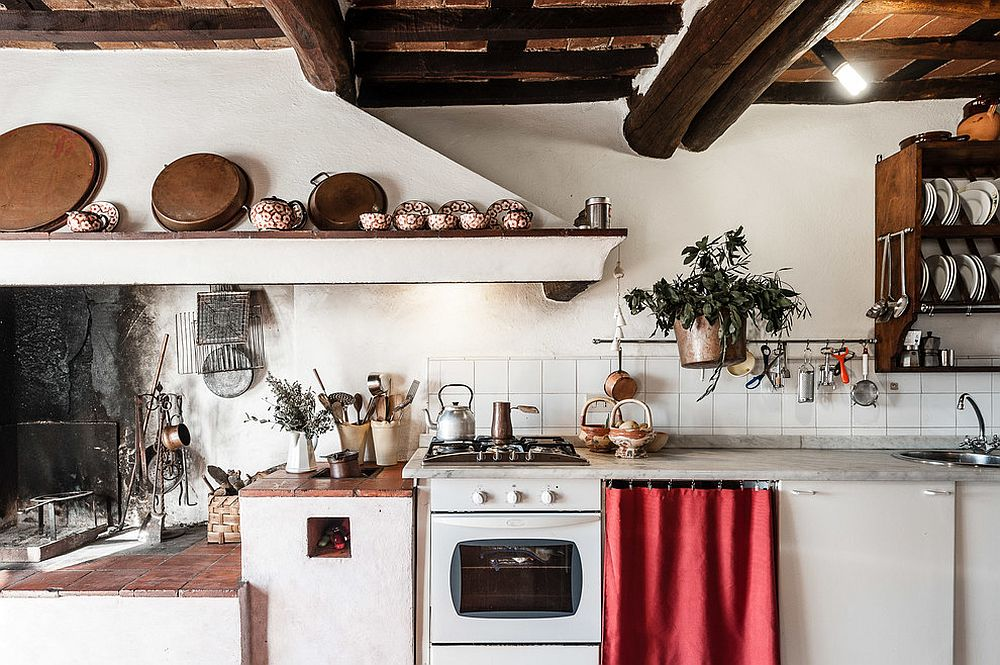 Small and space-conscious kitchen in wood and white with terracotta tiles
