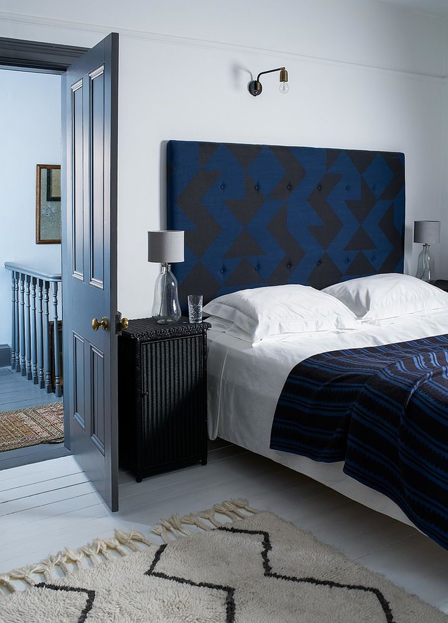Smart blend of blue and black in the eclectic bedroom