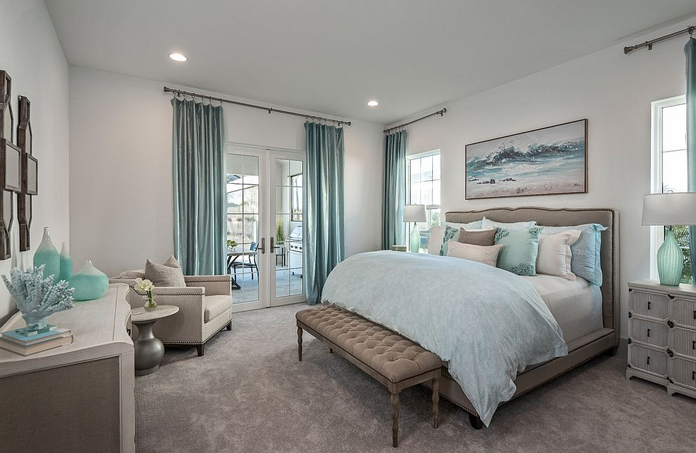 Relaxing-beach-style-bedroom-in-white-and-light-blue-with-the-right-accents