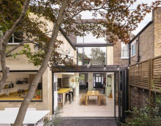 The Coach House: Stunningly Revamped British Home with Light-Filled Interiors