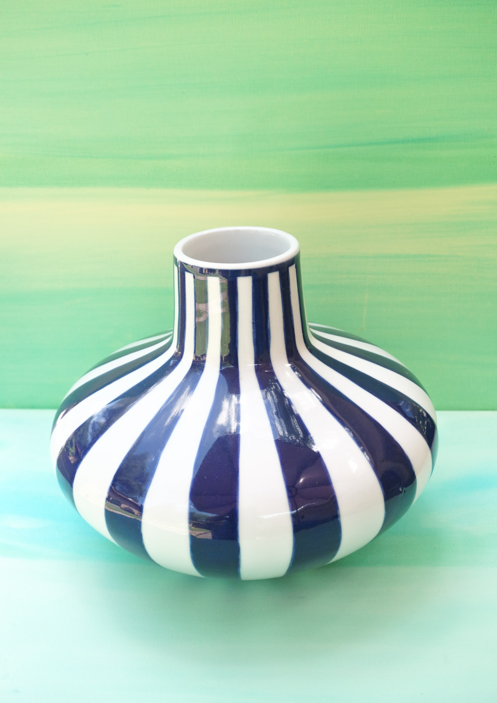 Blue-and-white-striped-vase-with-summer-style