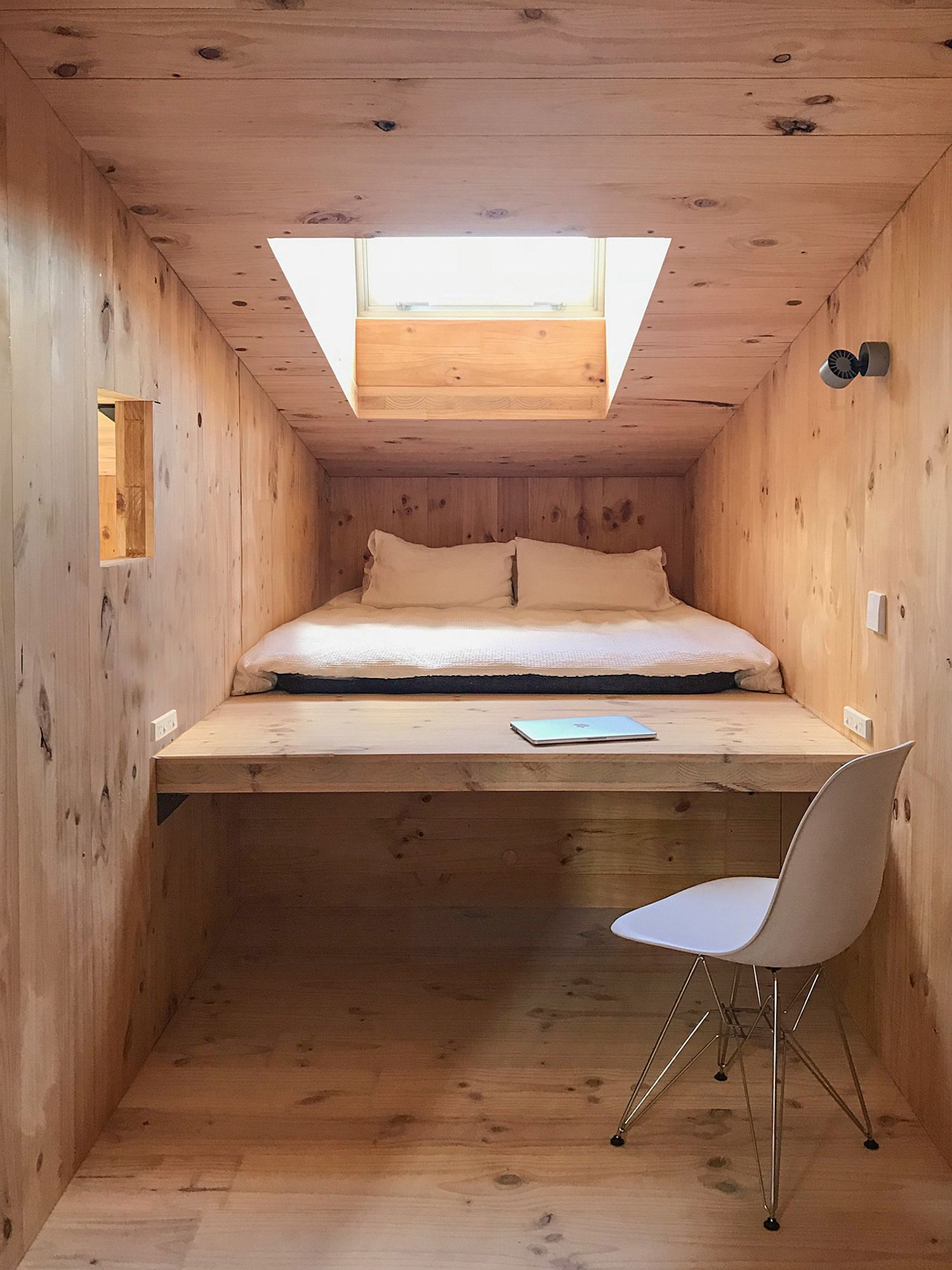 Niche with a bed that can also be used as work table with natural lighting