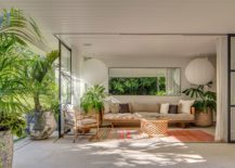 Relaxing-sitting-area-in-white-withmodern-beach-style-217x155