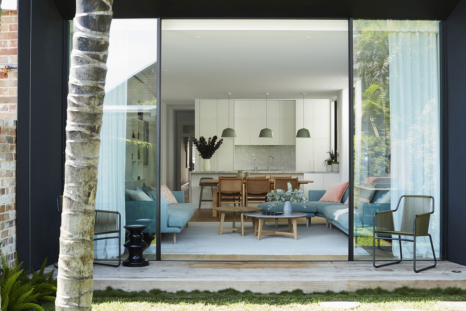 Smart modern rear extension with contemporary decor