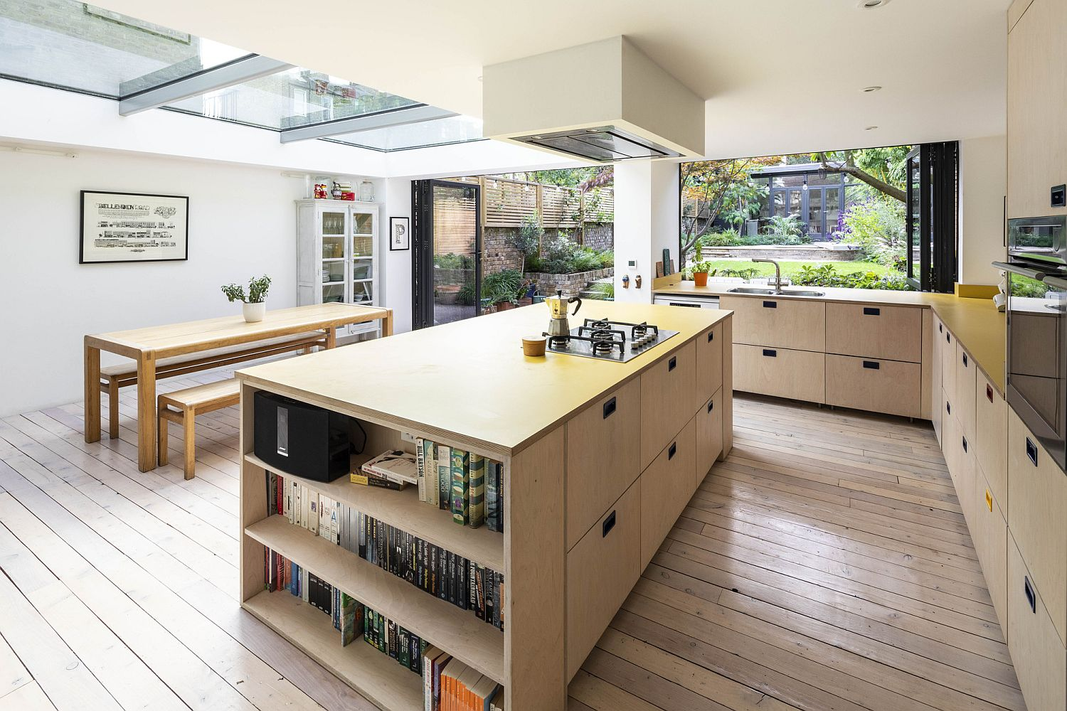 Smart open shelves for the kitchen island in wood