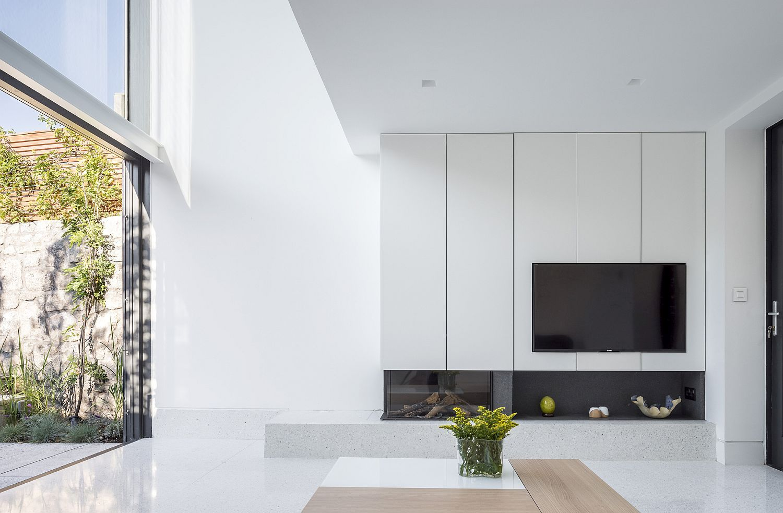 Appliances bring black to a monochromatic kitchen in white