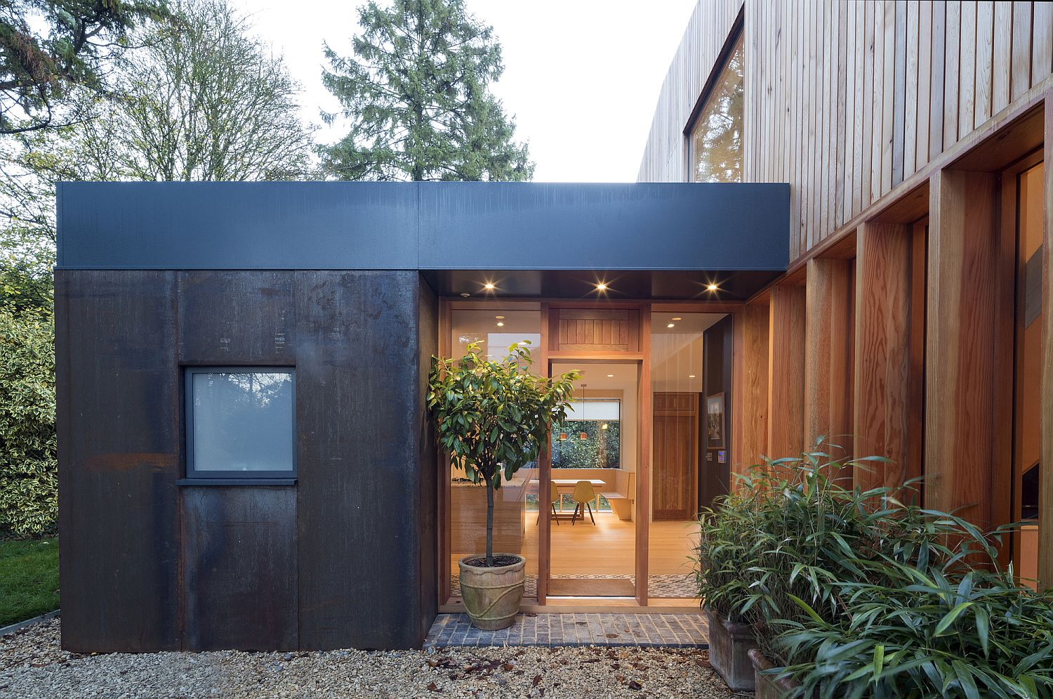 Contemporary Guesthouse in Wood and Glass Flows into the Garden