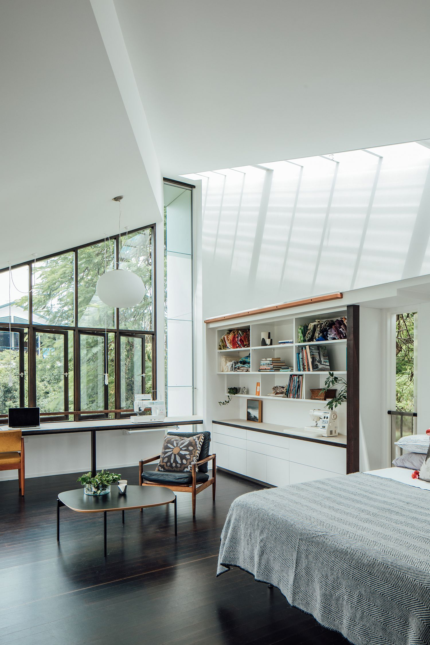 Contemporary bedroom of the Yeronga House in white