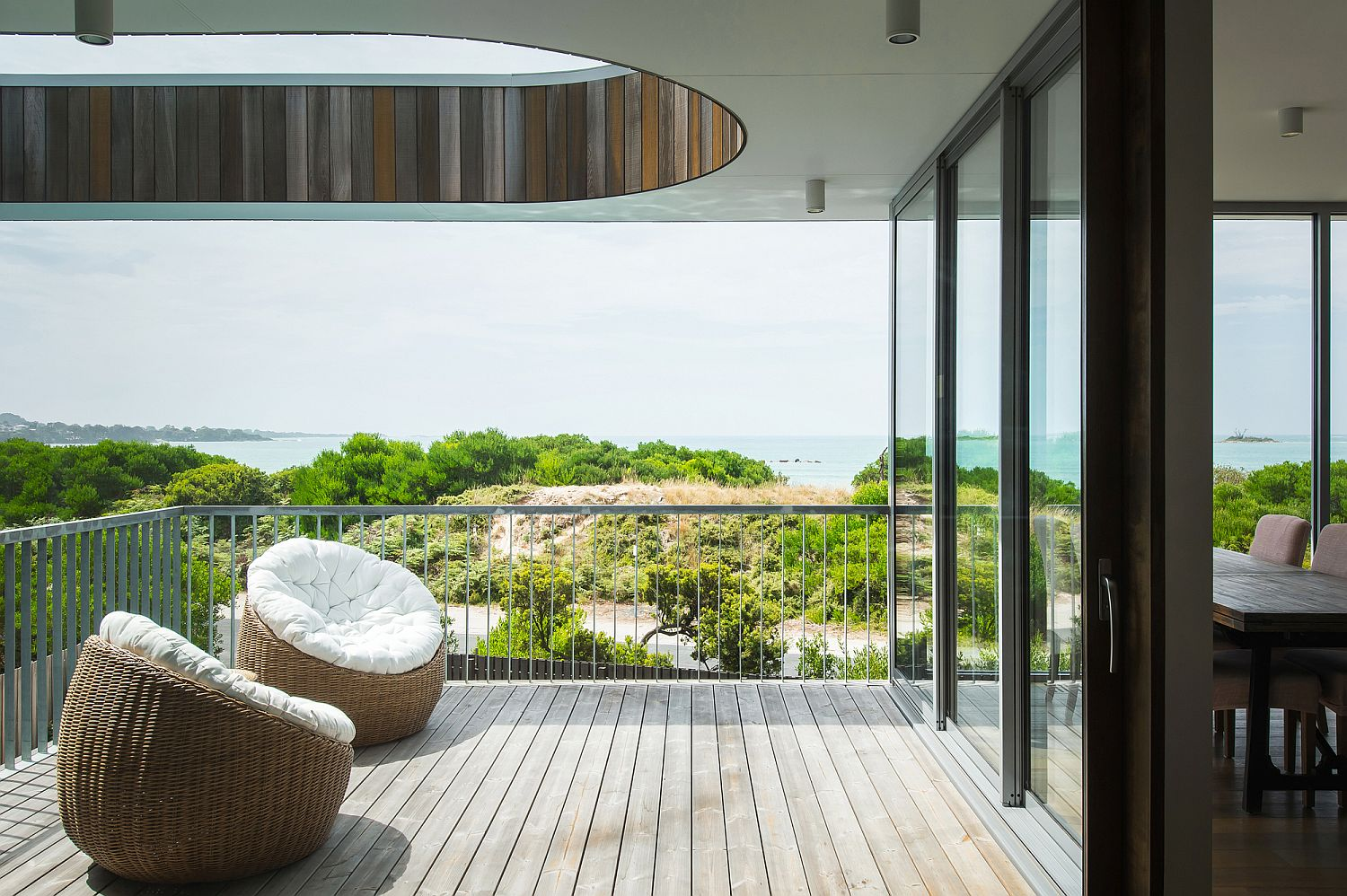 Curved-opening-for-the-roof-above-the-deck-creates-a-wonderful-visual