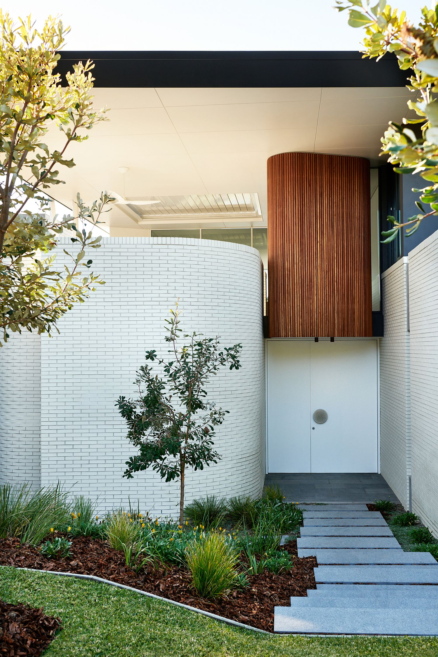 Curved-walls-ensure-that-the-entryway-is-different-from-the-usual