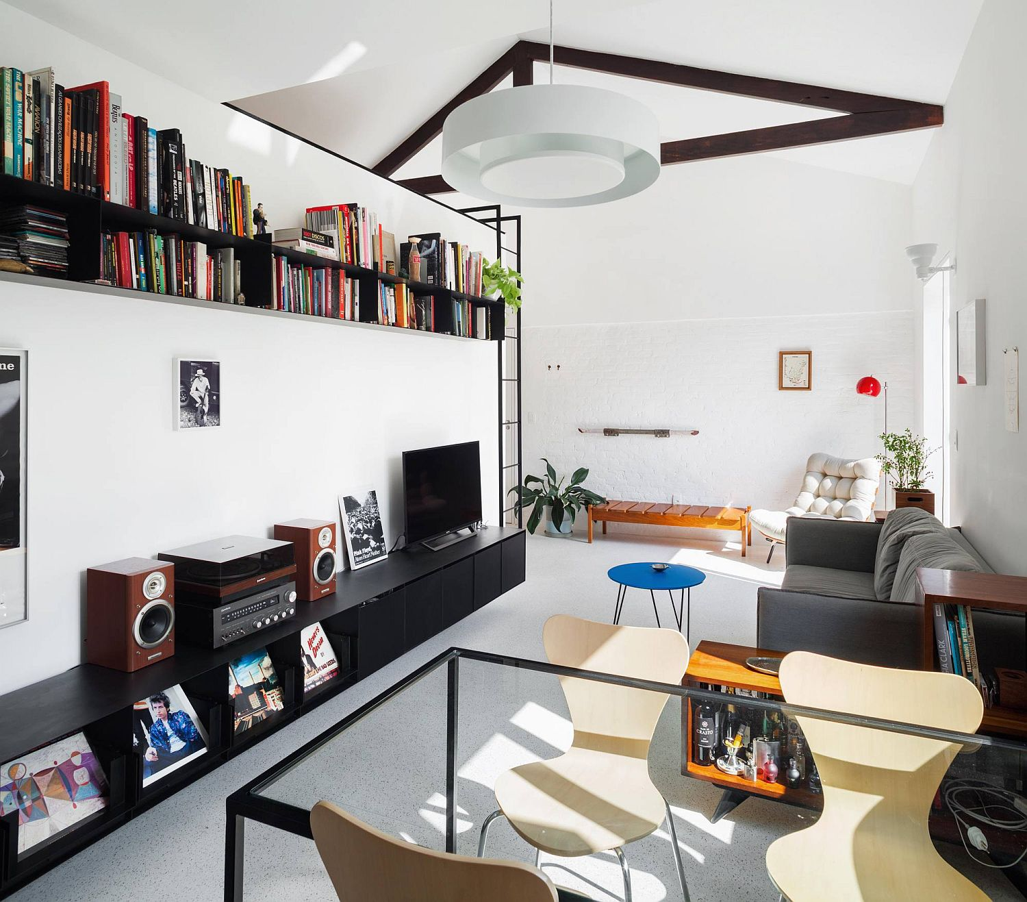 Designing the small living room perfectly with the right decor and shelving