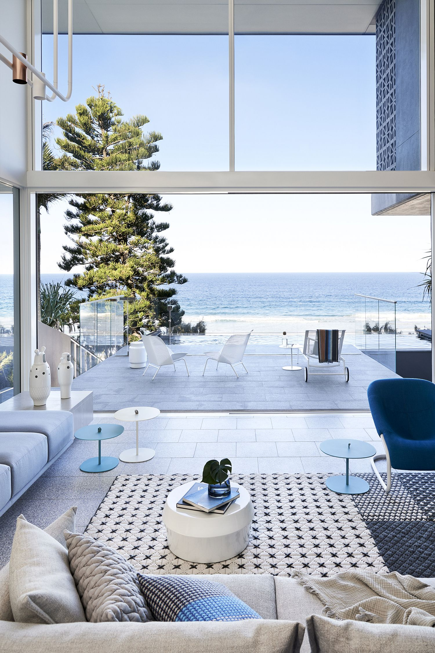 Double-height-deck-and-the-ocean-outside-seem-like-a-natural-extension-of-the-living-room