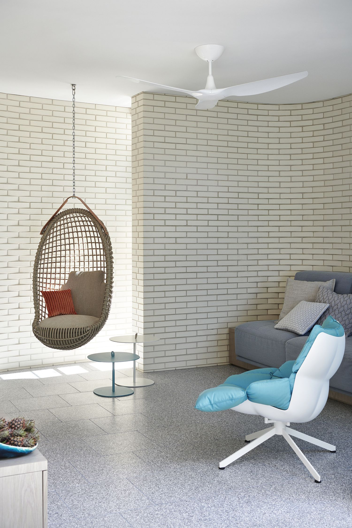 Entry-room-with-a-curved-wall-and-neutral-color-scheme