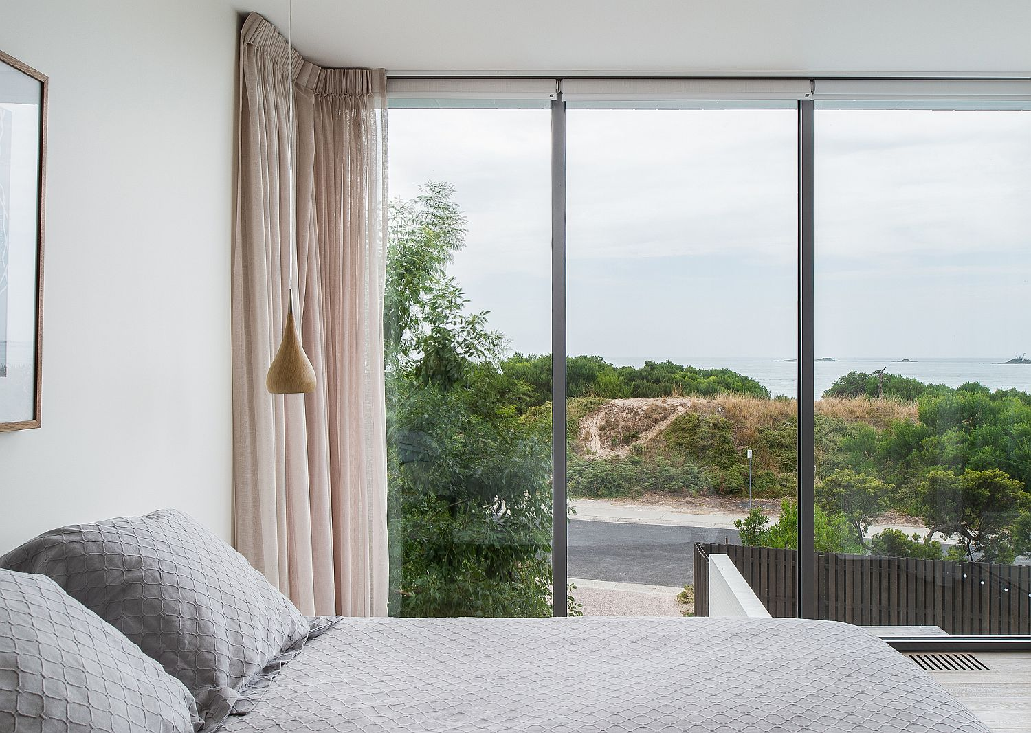 Light-filled-bedroom-in-white-of-the-Shearwater-House