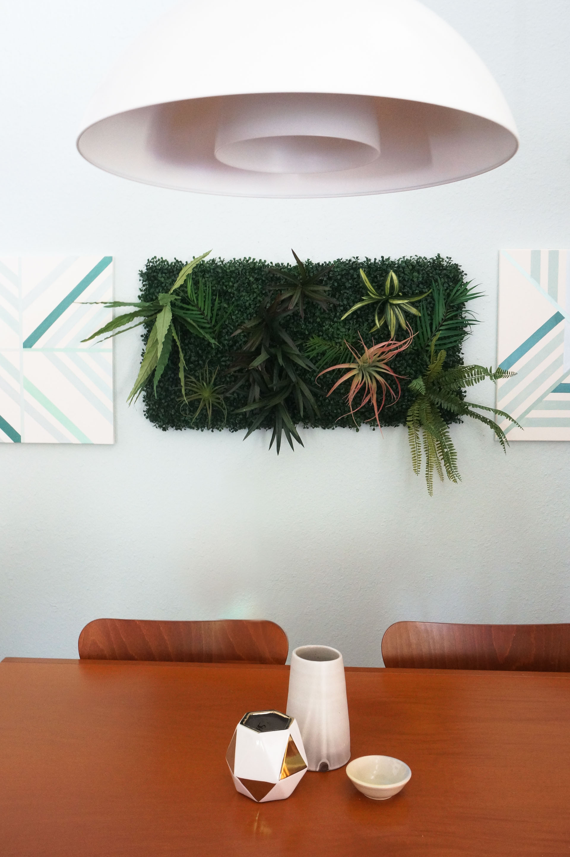 Modern-dining-room-with-a-faux-living-wall