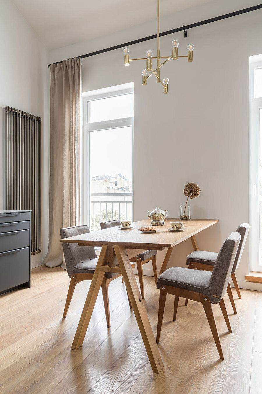 Multiple-windows-illuminate-the-lower-level-dining-area-and-kitchen