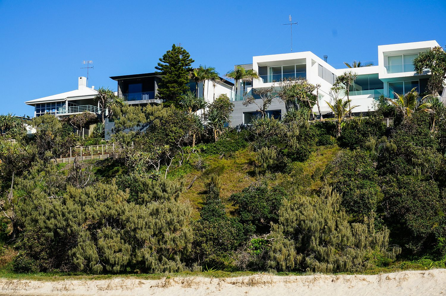 Natural-greenery-coupled-with-sandy-dunes-shape-the-landscape-around-the-Sunshine-Beach-House
