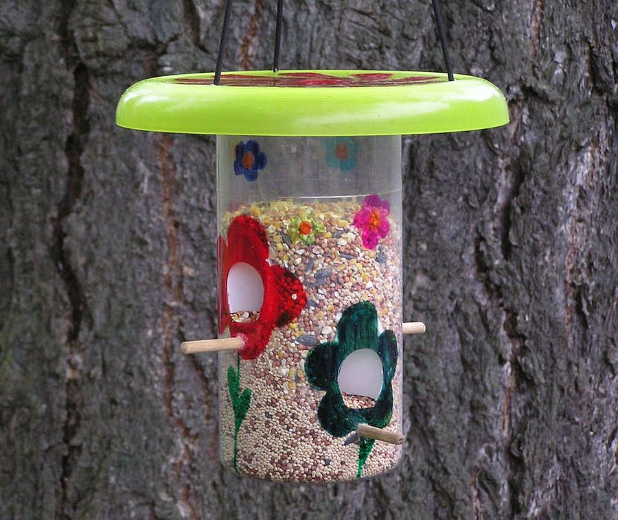 Recycled-jar-bird-feeder-just-takes-a-few-minutes-to-make