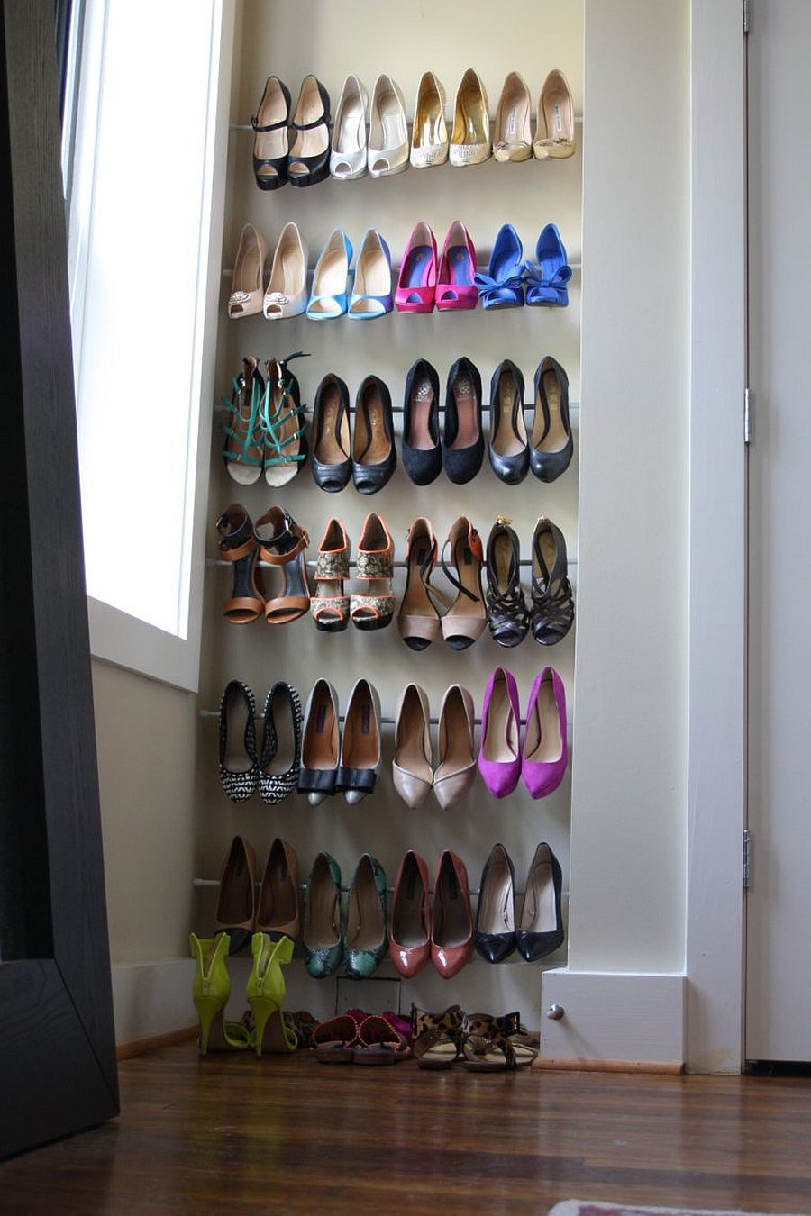 Space-saving shoe rack in the niche for the small urban apartment