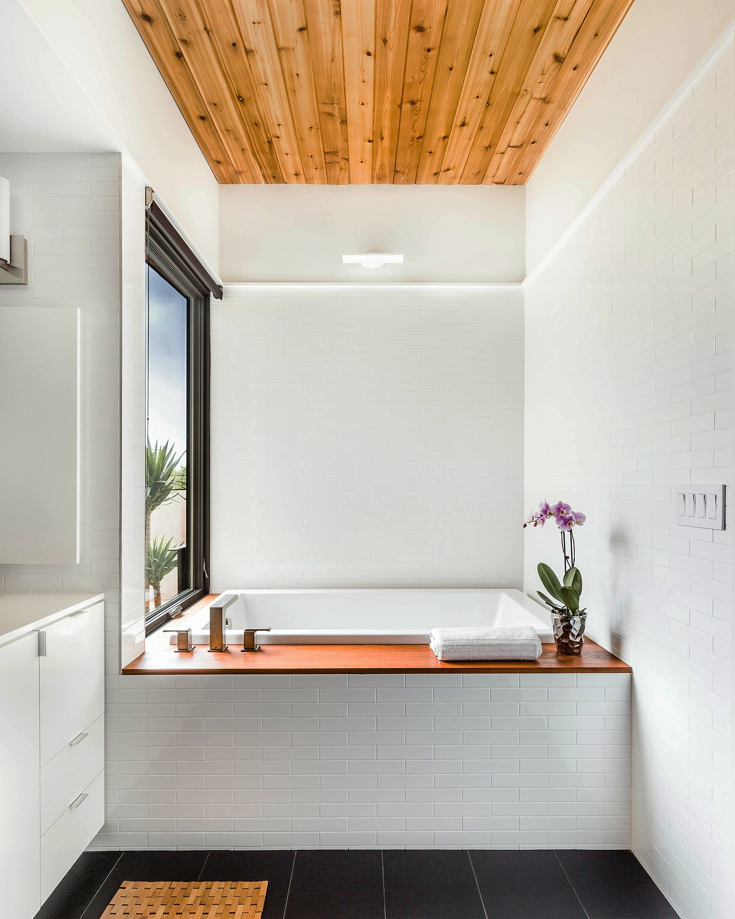 Wooden ceiling of the bathroom steals the show instantly