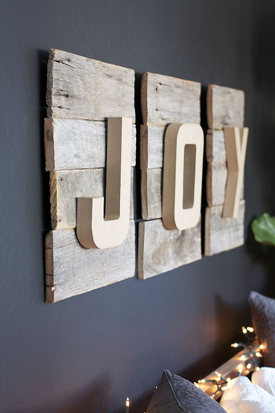 Awesome DIY Christmas sign using reclaimed wood