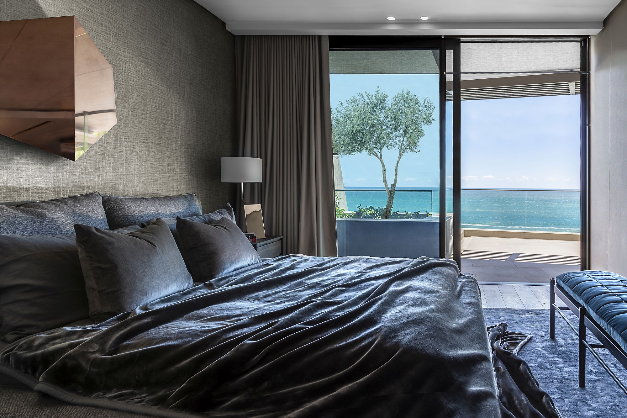Besopke-bench-bed-designed-for-the-posh-bedroom-with-ocean-views