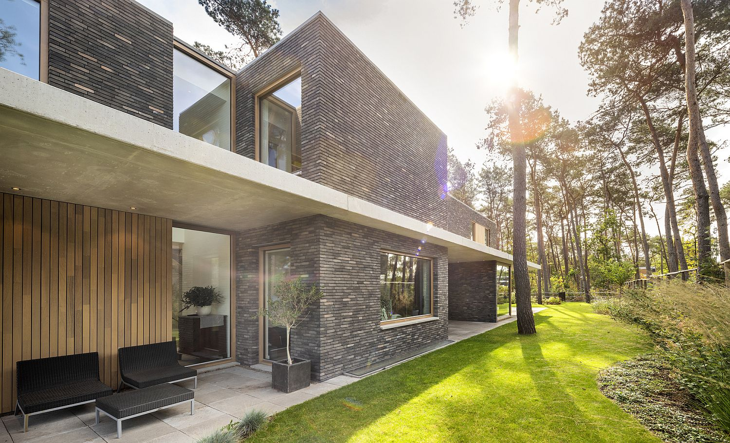 Concrete horizontal frames offer contrast visually outside the house