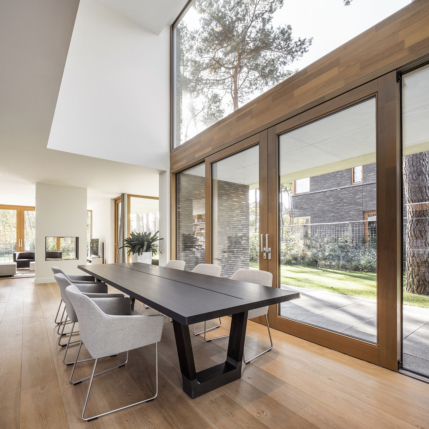 Conneting the kitchen and dining area with the garden outside using glass walls