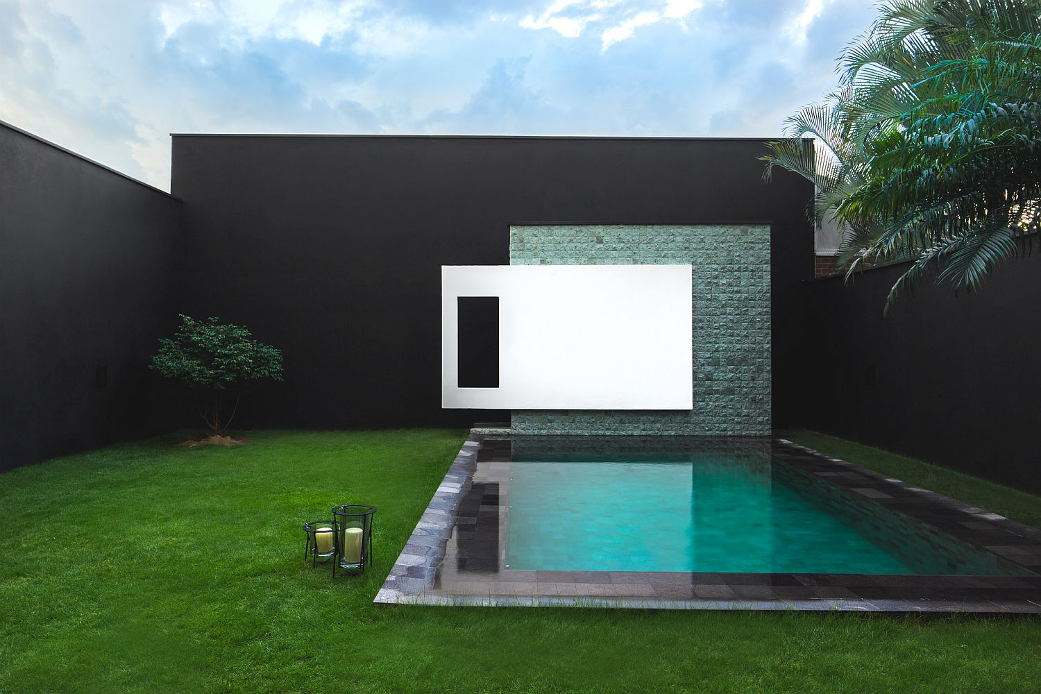Contemporary backyard design with a poolscape that matches the setting