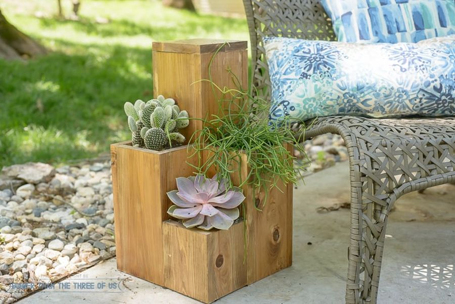 Cool DIY box planter that can be used as a side table as well