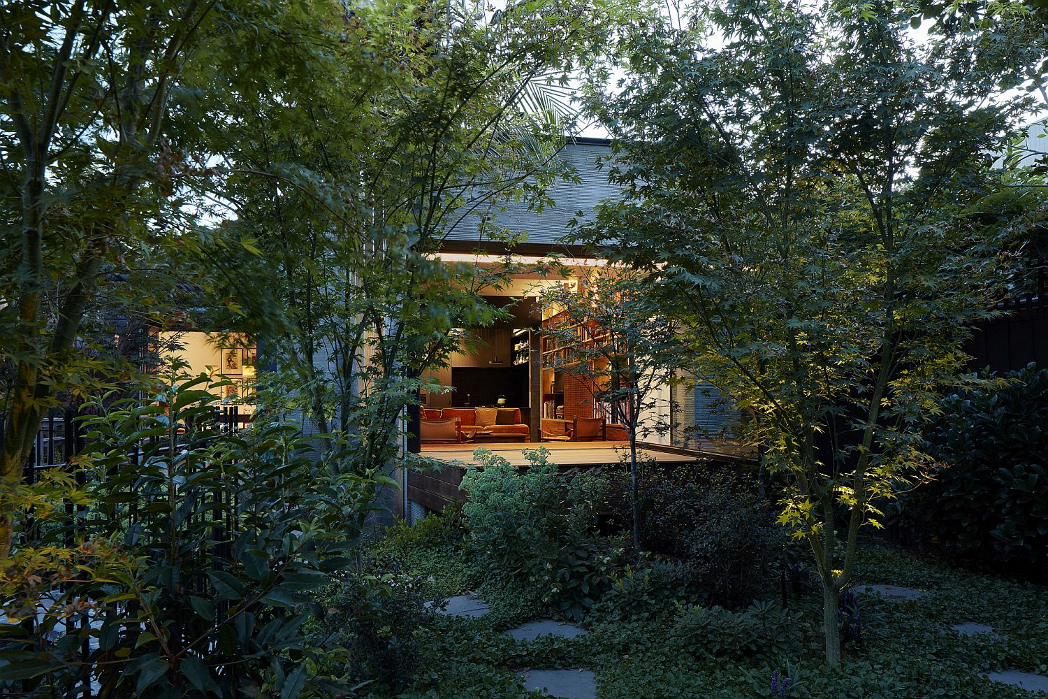 Exquisite-garden-adds-ample-greenery-to-the-private-backyard